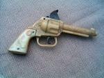 Pistol cu capse